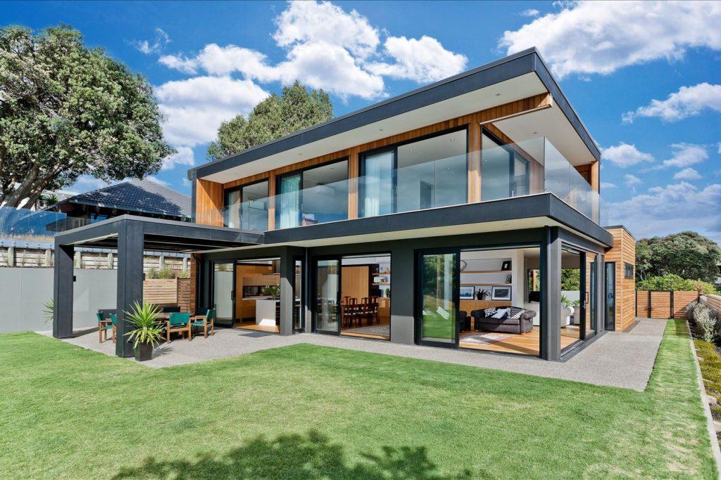 Fachadas de casas con metales y vidrio